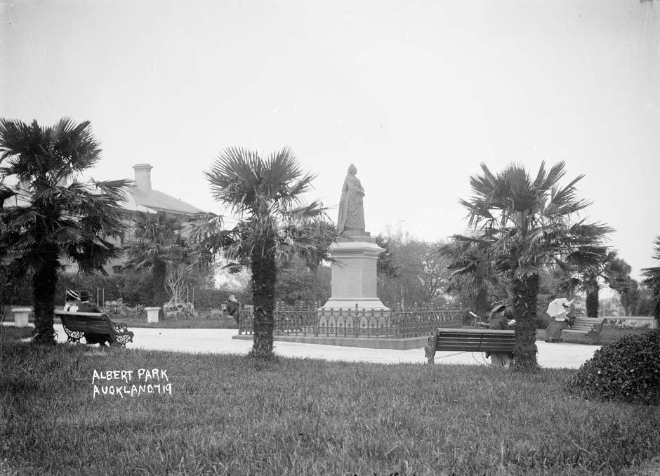 queen-victoria-statue-4